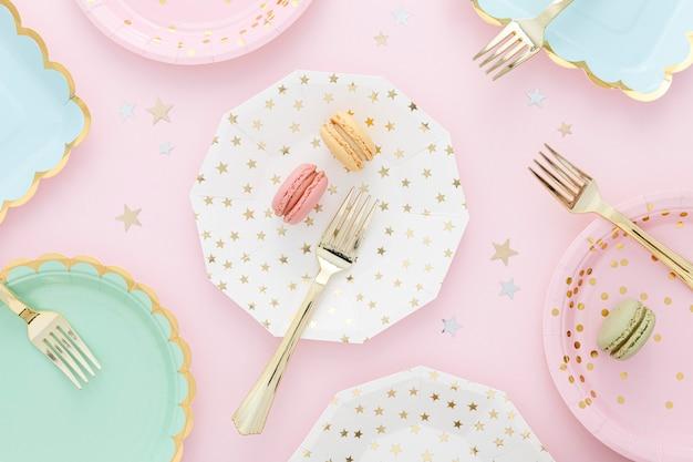 Platliggende plastic borden en vorken