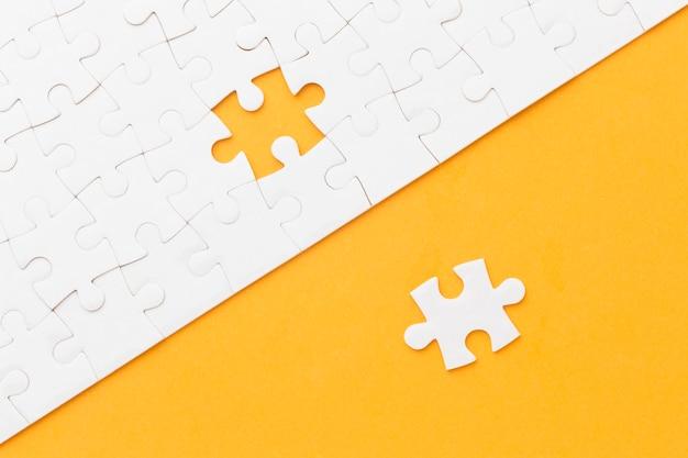 Platliggende puzzel waarbij één stuk ontbreekt