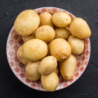 Platliggende schaal met aardappelen