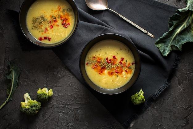 Platliggende soep met kruiden