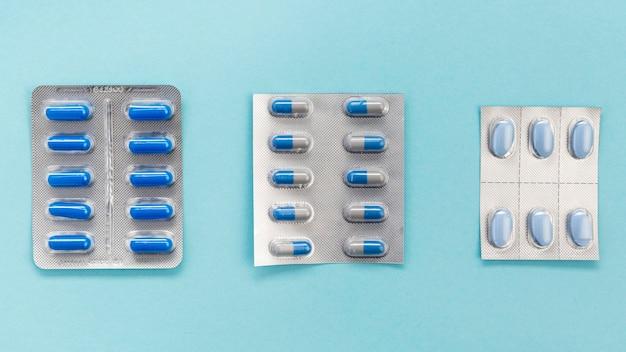Platliggende tabletten met pillen