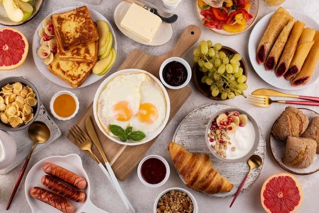 Platliggende tafel vol heerlijke voedselsamenstelling