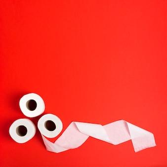 Platliggende wc-papierrollen met kopie-ruimte
