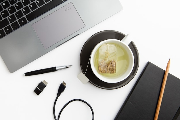 Platliggende werkplaat met kopje thee