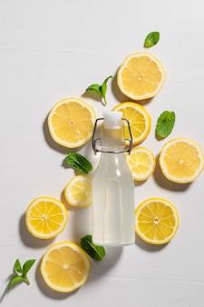 Platliggende zomercompositie met verse citroenmuntdrank met ingrediënten
