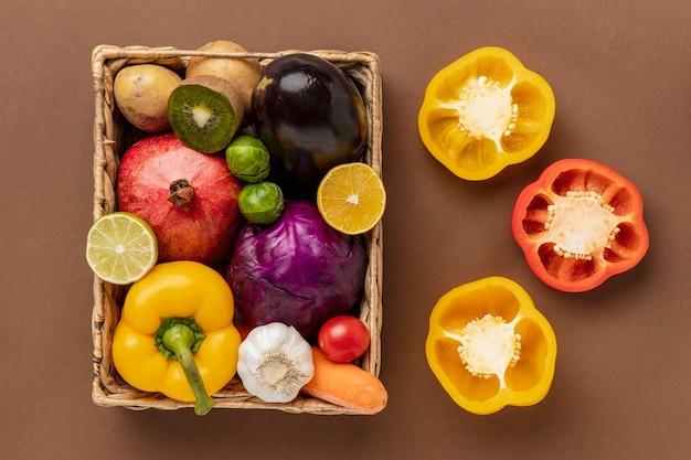 Platte lat van paprika met mandje met groenten