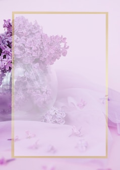 Platte lay compositie met lila mooie achtergrond voor ansichtkaarten het concept van de vakantie select...