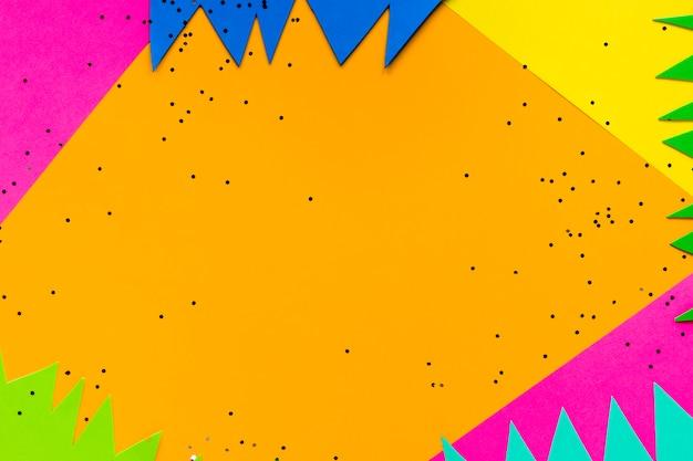 Platte lay-out van papieren uitsparingen voor carnaval met glitter