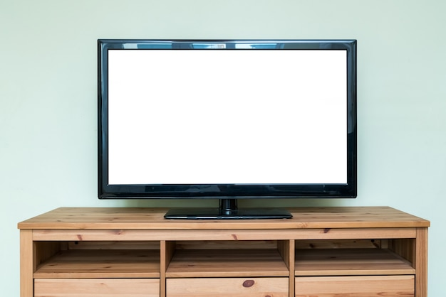 Platte lcd-televisie op bruin houten kast in de woonkamer.