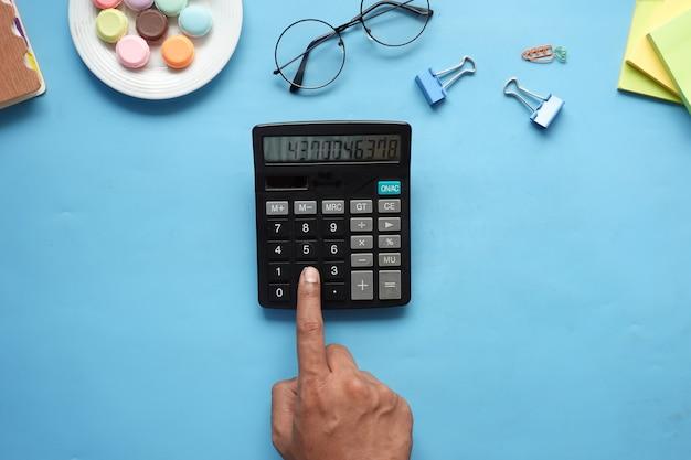 Platte samenstelling van slimme telefoonmaskerthermometer en ontsmettingsmiddel op tafel