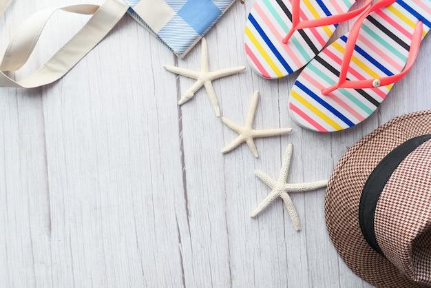 Platte samenstelling van zomer strandaccessoires op tafel.
