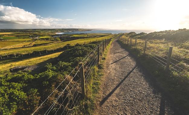 Platteland het lopen manier aan kust noord-ierland