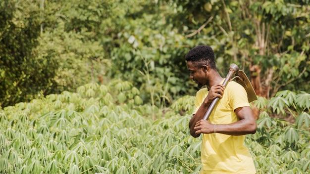 Platteland man aan het werk op het veld