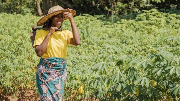 Platteland vrouw in het veld