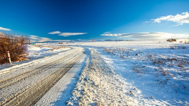 Platteland weg met sneeuw