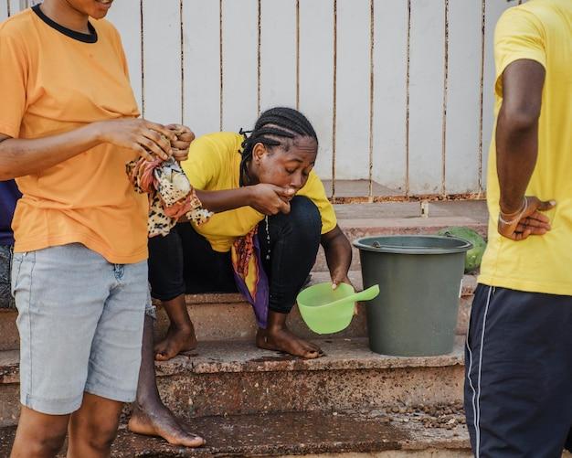Platteland werknemer drinkwater na het werk