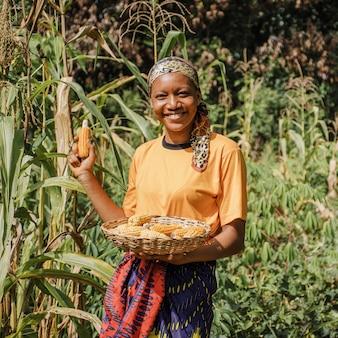 Platteland werknemer poseren met maïs