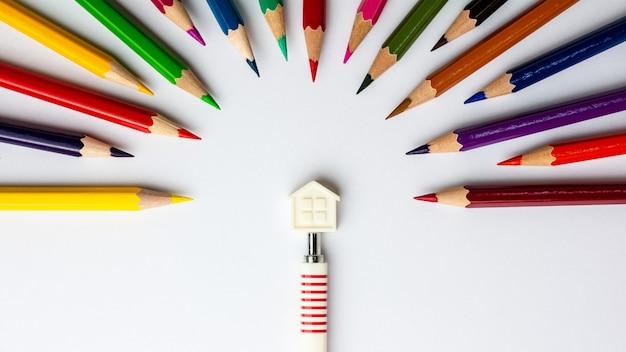 Plattelandshuisje en kleurpotloden op witte achtergrond - uitstekende stijl