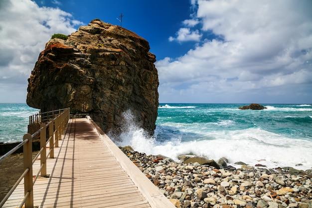 Playa de roque de las bodegas met gigantische rots