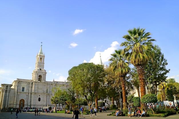 Plaza de armas plein met klokkentoren van arequipa kathedraal, arequipa oude stad, peru