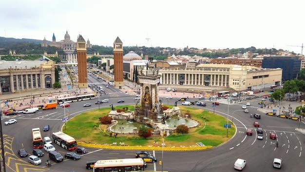Plaza de espana, de venetiaanse torens en het palau nacional in barcelona, spanje. bewolkte lucht, verkeer