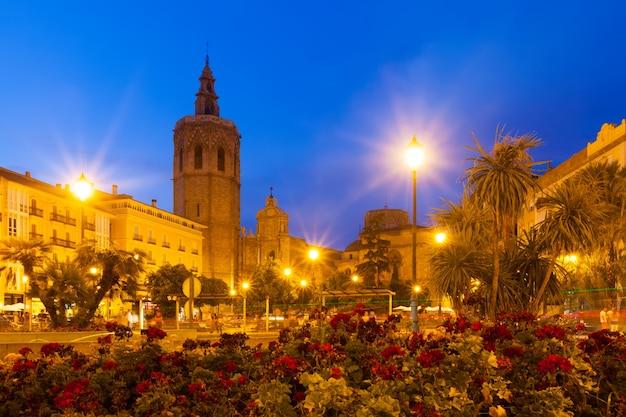 Plaza de la reina in de avond. valencia, spanje