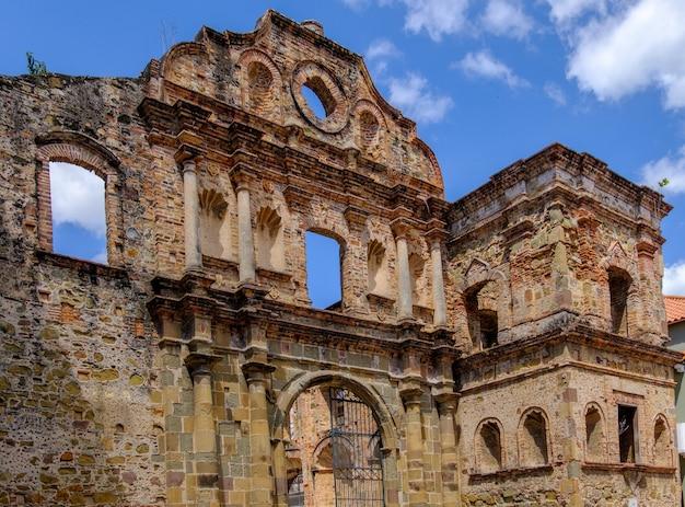 Plaza simon bolivar onder het zonlicht en een blauwe lucht in panama city, panama