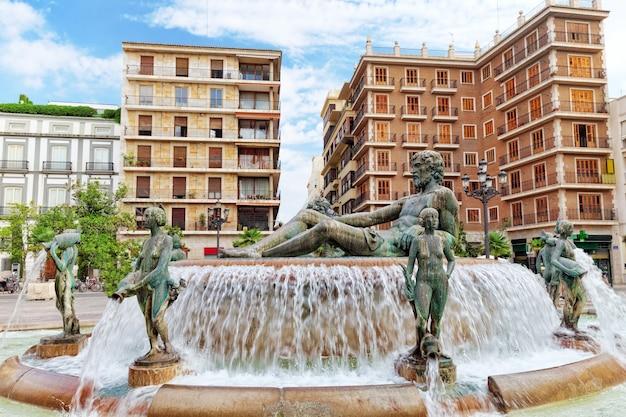 Plein van saint mary's en fontein rio turia. valencia.