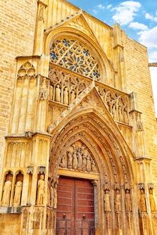 Plein van saint mary's en valencia kathedraal tempel in de oude stad. spanje.