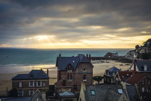 Pleneuf val andre uitzicht op de stad en het strand bij zonsondergang in de zomer bretagne frankrijk