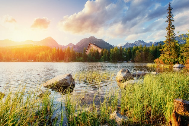 Pleso van meerstrbske in hoge tatras-berg, slowakije, europa
