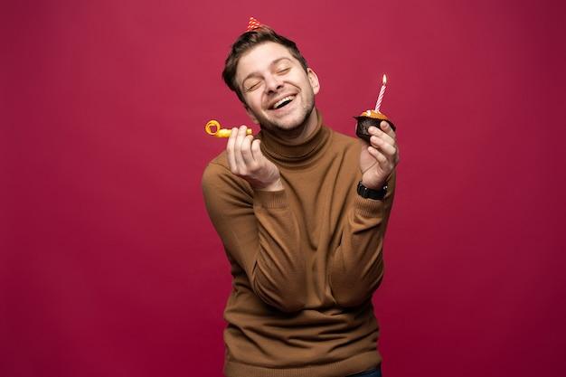 Plezier en geluk concept. ontspannen gelukkige verjaardag man die er vrolijk uitziet
