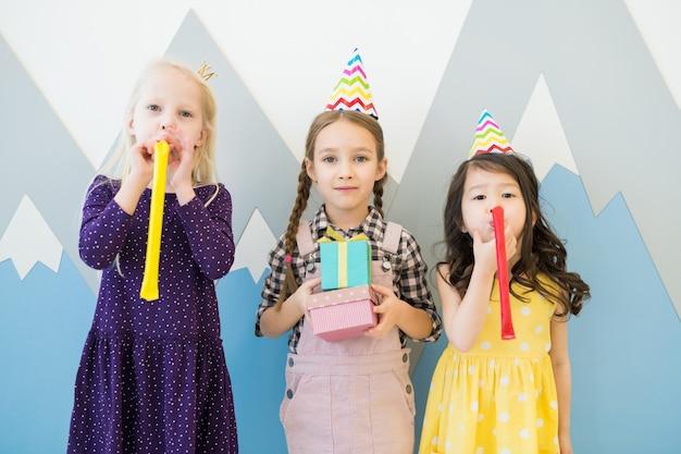 Plezier hebben op het verjaardagsfeestje van kinderen