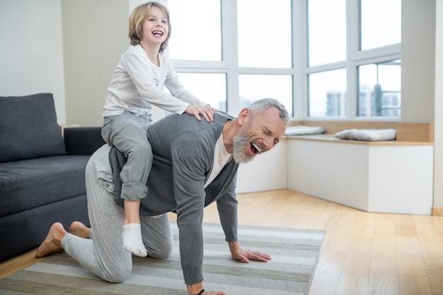 Plezier hebben. papa en kinderen hebben plezier thuis en zien er opgewonden uit