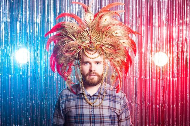 Plezier, vakantie, april dwazen dag en grappige mensen concept - portret van een jonge man met maskerade