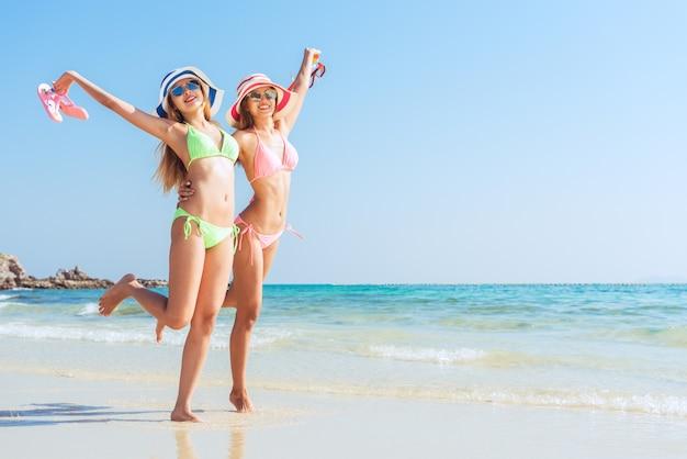 Plezier vakantie zand bikini zon