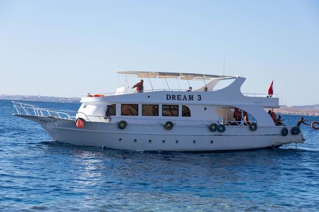 Pleziertoeristenboot met passagiers die worden gebruikt om te duiken in de rode zee