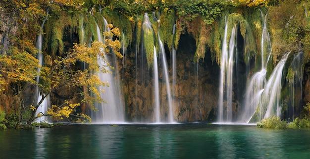 Plitvice bosmeren en watervallen in de herfstseizoen