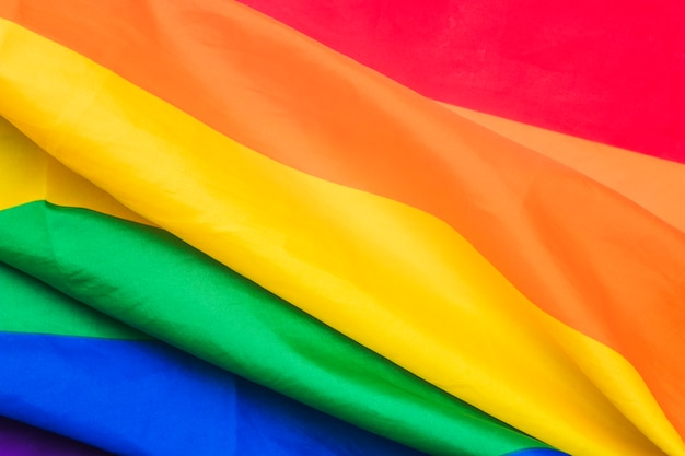 Plooien van heldere regenboogvlag