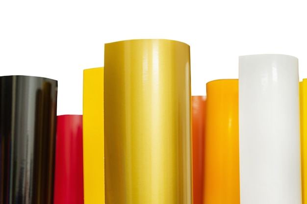 Plotterfilm. zelfklevende gekleurde films geïsoleerd op een witte achtergrond... materiaal voor adverteerders.