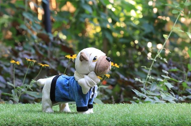 Pluche speelgoed mopshond op het gazon