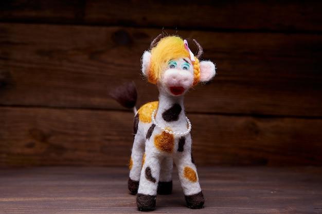Pluche stier speelgoed op een houten