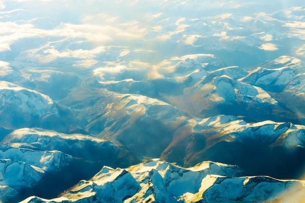 Pluizige witte wolken en blauwe lucht vanuit het vliegtuig.