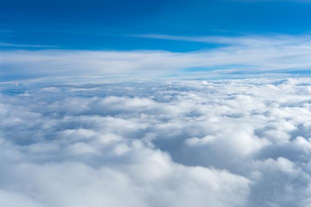 Pluizige wolken bovenaanzicht van het vliegtuig. hemels landschap