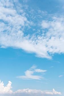 Pluizige wolken gezien vanuit vliegtuig