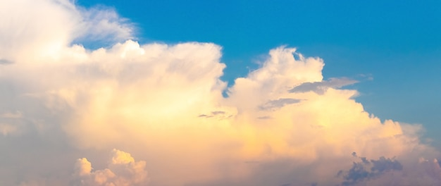 Pluizige wolken in de blauwe lucht bij zonsondergang