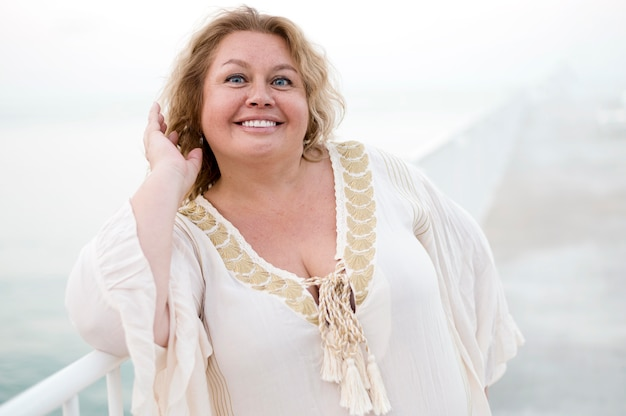 Plus size model lacht naar de camera