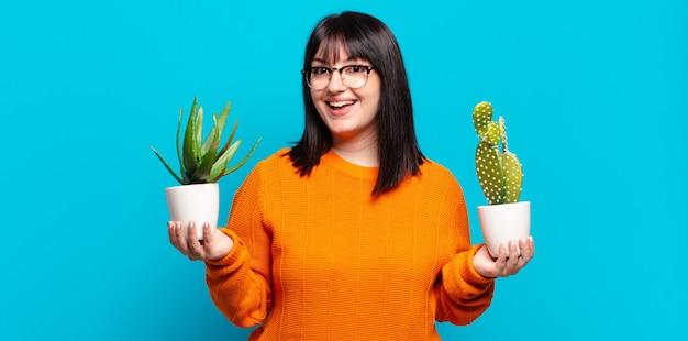 Plus size mooie vrouw met cactus. aloë vera concept