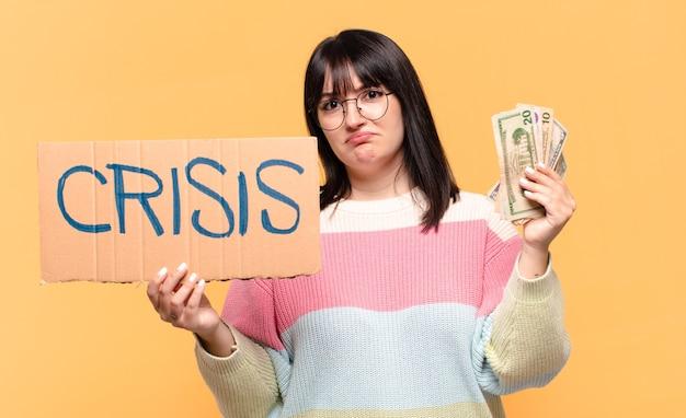 Plus size mooie vrouw met dollarbiljetten. crisis concept