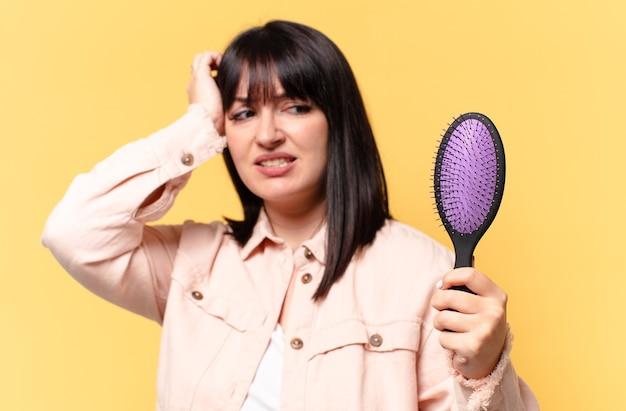 Plus size mooie vrouw met een haarborstel